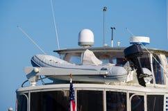 Nahaufnahme des Schlauchboots auf Spitzenplattform eines großen Bootes Lizenzfreie Stockfotos