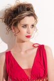 Nahaufnahme des schönen Mädchens mit rotem Mode maekeup Stockfotografie