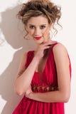 Nahaufnahme des schönen Mädchens mit rotem Mode maekeup Lizenzfreie Stockfotografie