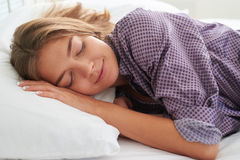 Nahaufnahme des schönen weiblichen Schlafens auf weißem Kissen Stockfotografie