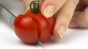 Nahaufnahme des Schnitts einer Tomate auf einem weißen Hintergrund stock video footage