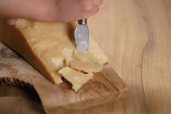 Nahaufnahme des Schnitts des italienischen Parmesankäseparmesankäses auf hölzernem Schneidebrett Stockbild