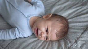 Nahaufnahme des schreienden neugeborenen Babys Nahe neugeborene Lügen des Gesichtes, Nahaufnahme, Draufsicht stock video footage