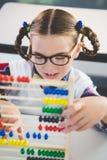 Nahaufnahme des Schulkindes Abakus im Klassenzimmer zählend Stockbilder