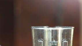 Nahaufnahme des Setzens von Spinats- und Kirschtomaten in Mischmaschine stock video