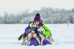 Nahaufnahme des sibirischen Huskys Schönes Mädchen mit Schlittenhund Winter Stockbild