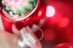 Nahaufnahme des Silbers und der roten Glasweihnachtsverzierungen stockfoto
