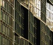 Nahaufnahme des Sonnenlichts weg reflektierend vom Gebäude stockbild