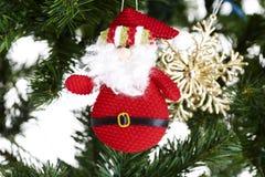 Nahaufnahme des Spielzeugs in den Weihnachten-Baumdekorationen. Lizenzfreie Stockbilder