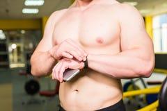 Nahaufnahme des sportiven Mannes nach Trainings-Sitzung überprüft Eignungs-Ergebnisse Smartphone Erwachsener Guy Wearing Sport Tr Stockbild
