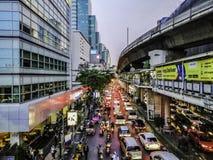Nahaufnahme des Staus auf Silom-Straße nach der Arbeit am Abend, Bangkok, Thailand - 2. April 2019 lizenzfreie stockbilder