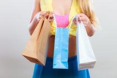 Nahaufnahme des Stiftes herauf Mädchenfrau mit dem Tascheneinkauf Stockfoto
