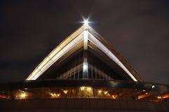 Nahaufnahme des Sydney-Opernhauses von der Unterseite Stockbilder