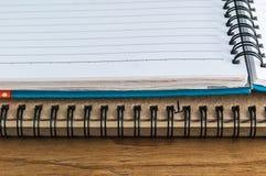 Nahaufnahme des Tagebuchbuches mit Leerseite auf hölzernem tabel stockbilder