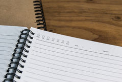 Nahaufnahme des Tagebuchbuches mit Leerseite auf hölzerner Tabelle stockbilder