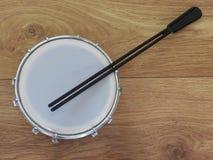Nahaufnahme des tamborim mit Trommelstock, eine kleine, runde brasilianische Rahmentrommel des portugiesischen und afrikanischen  stockfotos