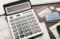 Nahaufnahme des Taschenrechners mit Geld Stockfotografie