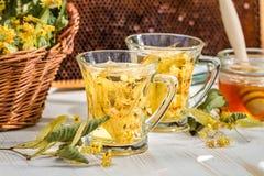 Nahaufnahme des Tees mit Kalk und Honig lizenzfreie stockfotos