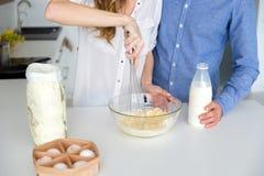 Nahaufnahme des Teigs gemacht durch junge Paare in der Glasschüssel Lizenzfreies Stockbild