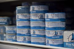 Nahaufnahme des Thunfischs kann Ausrichtung von kleiner navire Marke bei Cora Supermarket lizenzfreies stockfoto