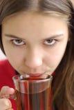 Nahaufnahme des trinkenden Tees des schönen Mädchens Stockbild