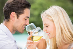Nahaufnahme des trinkenden Weins der Paare Stockfotografie