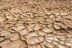 Nahaufnahme des trockenen gebrochenen Erdhintergrundes, Lehmwüste Stockbild
