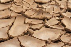 Nahaufnahme des trockenen gebrochenen Erdhintergrundes, Lehmwüste Stockfoto