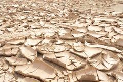 Nahaufnahme des trockenen gebrochenen Erdhintergrundes, Lehmwüste Stockbilder
