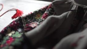 Nahaufnahme des ukrainischen authentischen nationalen Kostüms Handgemachte Muster stock video footage