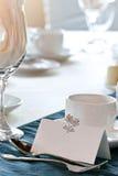 Nahaufnahme des unbelegten placecard auf Hochzeitstabelle Lizenzfreies Stockfoto