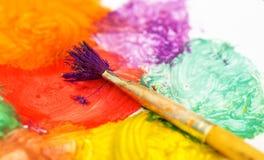 Nahaufnahme des unordentlichen, benutzten Water-color Paint-box Lizenzfreie Stockbilder