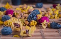 Nahaufnahme des unterschiedlichen netten aromatischen Blumentees stockbild