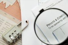 Nahaufnahme des Vergrößerungsglases auf Sicherheit Lizenzfreie Stockfotos