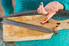 Nahaufnahme des verletzten Fingerblutens von einem Messer Lizenzfreie Stockfotografie