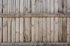 Nahaufnahme des vertikalen einfachen Eichenbretterzaunhintergrundes Alte geknotete Bauholzwand Rustikales Muster der Weinlese Cop Stockfotografie