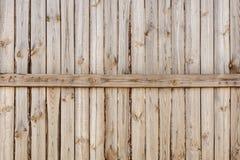 Nahaufnahme des vertikalen einfachen Eichenbretterzaunhintergrundes Alte geknotete Bauholzwand Rustikales Muster der Weinlese Cop Stockbild