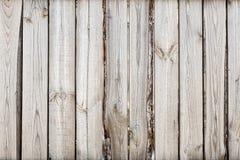 Nahaufnahme des vertikalen einfachen Eichenbretterzaunhintergrundes Alte geknotete Bauholzwand Rustikales Muster der Weinlese Cop Stockfotos
