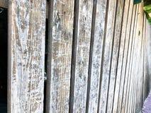 Nahaufnahme des vertikalen einfachen Eichenbretterzaunhintergrundes Alte geknotete Bauholzwand Rustikales Muster der Weinlese Lizenzfreies Stockbild