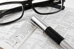 Nahaufnahme des Verzeichnisses und der Gläser mit Feder Lizenzfreie Stockfotos