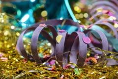 Nahaufnahme des verzierten Karnevalssatzes und Parteien mit Serpentin und Maske stockfotografie