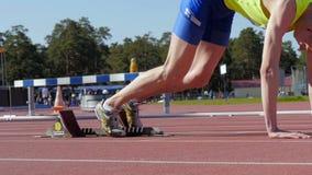 Nahaufnahme des Vorbereitens, vom Startblockläufermann zu laufen