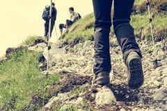 Nahaufnahme des Wanderns von Schuhen Stockfotografie