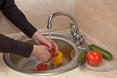 Nahaufnahme des waschenden Gemüses Lizenzfreie Stockfotografie