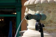 Nahaufnahme des Wasserbrunnens in Zürichs alter Stadt, die Schweiz Stockbild