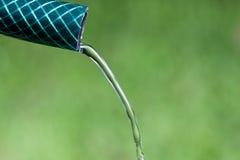 Nahaufnahme des Wassers tröpfelnd vom Gartenschlauch Stockfoto