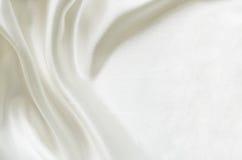 Nahaufnahme des Weiß gefalteten Seidengewebes stockfotografie