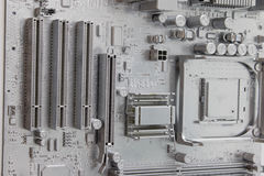 Nahaufnahme des weißen Brettes der elektronischen Schaltung Weiße Mutter oder Hauptausschuß auf Wand Stockbilder