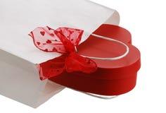 Nahaufnahme des weißen Geschenkbeutels mit rotem Bogen und Innerem Lizenzfreies Stockbild