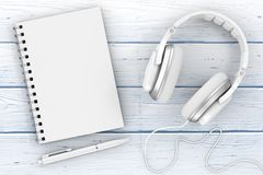Nahaufnahme des weißen Kopfhörer-, Notizbuch- und Stiftextrems Wiedergabe 3d Lizenzfreie Stockfotos